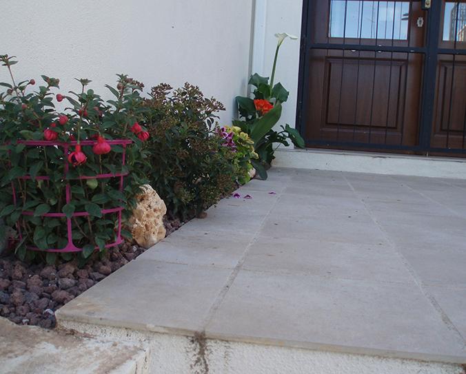 Colocación de celosías y decoración de jardineras